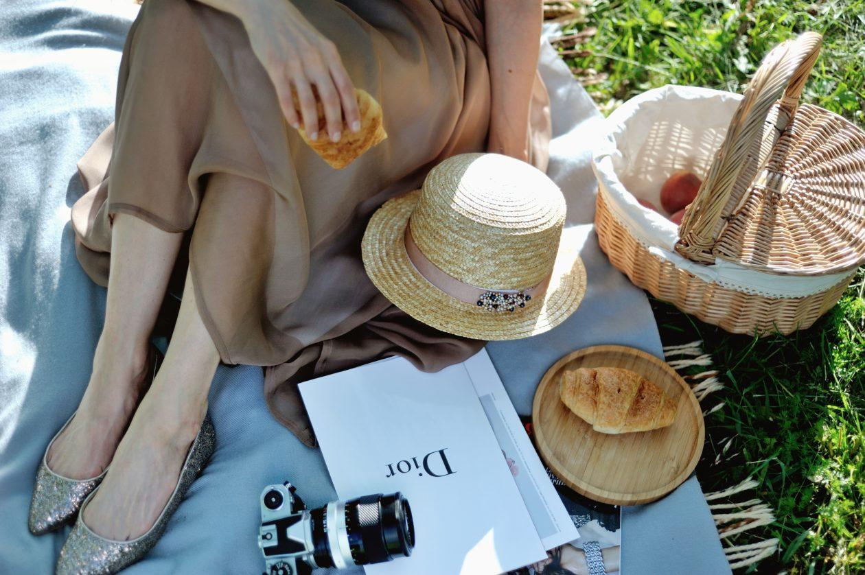 Шелковая юбка, канотье и корзинка — идеальный образ для пикника